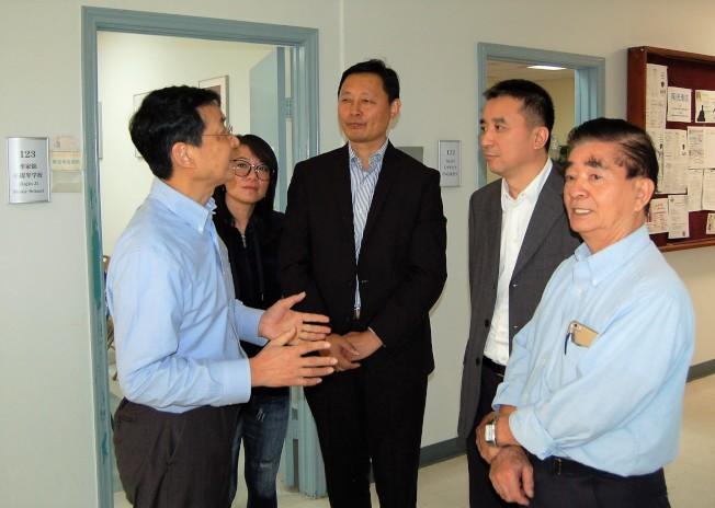 王雲波部長(右二)聽取僑界小提琴老師季家錦的介紹。(記者賈忠/攝影)
