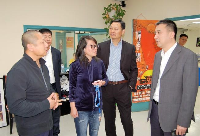 王雲波部長(右一)與釋行浩(左一)交談。(記者賈忠/攝影)