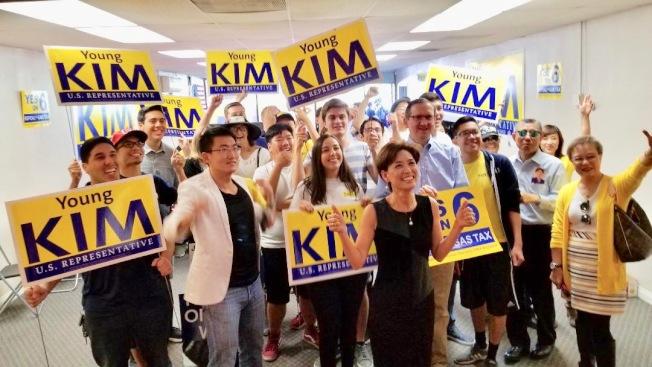 加州第39選區國會眾議員選舉,金映玉(前中)率領支持者造勢。(競選總部提供)