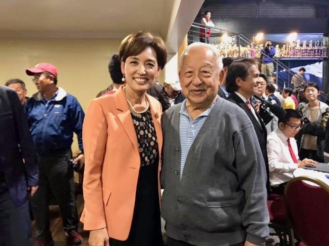 加州第39選區國會眾議員選舉晚會,徐乃星祝賀金映玉(左)當選。(徐乃星臉書截圖)