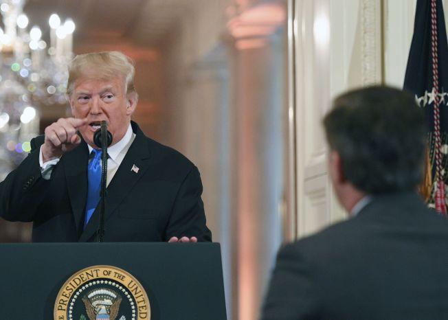 川普總統在記者會上與CNN記者阿科斯塔激烈爭執。(Getty Images)