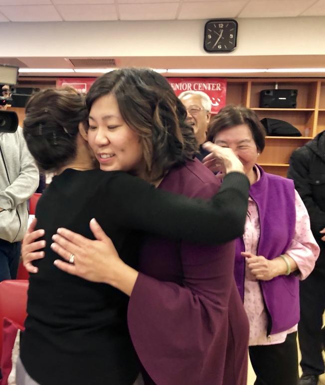 孟昭文(右)與華裔長者熱情擁抱。(記者朱蕾/攝影)