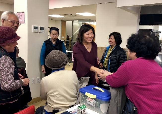 孟昭文(右三)感謝選民的支持。(記者朱蕾/攝影)