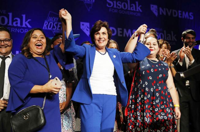 Jacky Rosen(中)擊敗已當了三屆的聯邦參議員郝樂,與支持者開心慶祝。(美聯社)