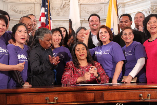 市長布里德簽署立法,提高不少華裔家護工人的時薪。(記者李晗╱攝影)