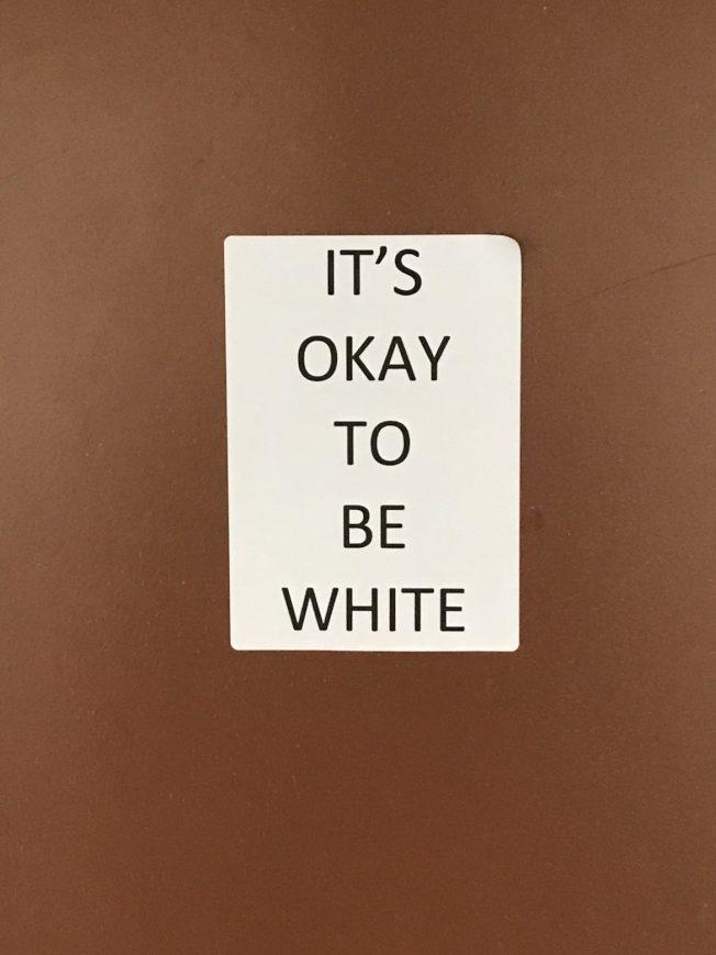 可疑份子開始將「身為白人是ok的」(It's okay to be white)白人主義至上標語張貼於校園各處。(來源:Jayden Eden)