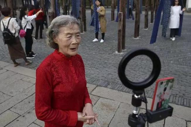 80歲的烏鎮老奶奶胡暉玩直播成了網紅奶奶。(取材自浙江在線)
