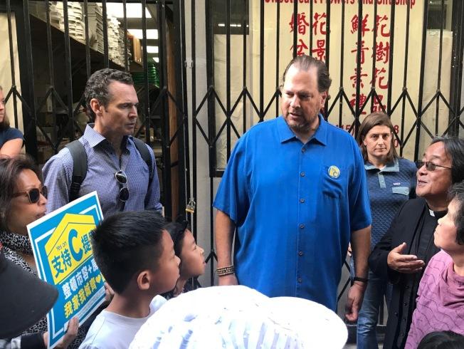 班尼歐夫(中)成功使C提案過關,不少人猜他是否改為從政競選舊金山市長。(本報檔案照片,記者李秀蘭攝影)
