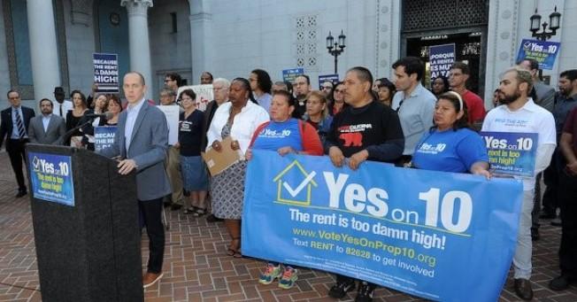加州第10號提案讓加州的縣市政府,可以按自己所需,對租金作出管制,但這項提案卻在6日的選舉中被否決。圖為選前支持這項提案的人。(電視新聞截圖)