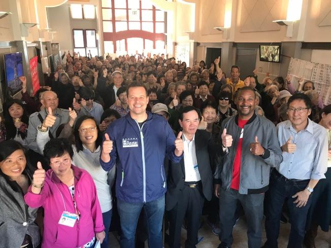 多名獲社區住客聯會背書的候選人,選舉後翌日首先到華埠謝票。包括苗麗娟(左一)、李正元(左三) 、楊馳馬(左四)、華頌善(右二)及馬兆明(右一)。(記者李秀蘭/攝影)