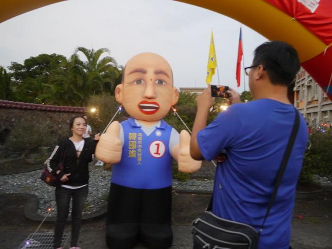 支持者跟韓國瑜人偶拍照留念。記者徐白櫻/攝影