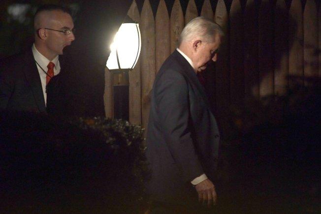 被美國總統川普開除的前司法部長塞辛斯(Jeff Sessions,圖右)。 美聯社