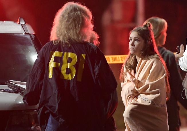 聯邦調查局人員出現在槍擊案現場。美聯社