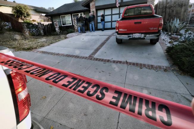 加州洛杉矶附近的千橡市一间烧烤餐厅7日晚间发生枪击案。图为调查人员在枪手隆恩家围起封锁线进行调查。美联社