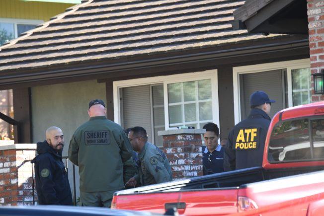 加州洛杉磯附近的千橡市一間燒烤餐廳7日晚間發生槍擊案。圖為調查人員在槍手隆恩家進行調查。Getty Images