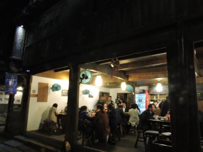 書生麵館入夜的招牌不亮燈,大木桌、長板凳,一走近就能聞到撲鼻的羊肉香味,即使店門不起眼,饕客依舊能聞香而至。記者戴瑞芬攝影