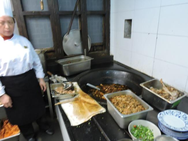 羊肉面用的食材是湖羊肉,吃著杭(杭州)嘉(嘉兴)湖(湖州)草原的水草养大的,肉质才能烹调出酥而不烂;汤头秘方有甘蔗头、马蹄、红枣。去膻的秘诀就是一整晚慢慢熬上五个小时,而且用大土灶熬。