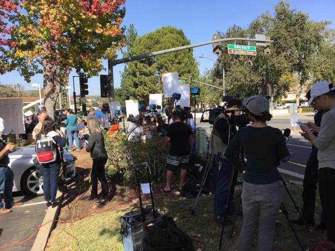 千橡市槍擊案案發現場聚集大量媒體。(記者張越/攝影)