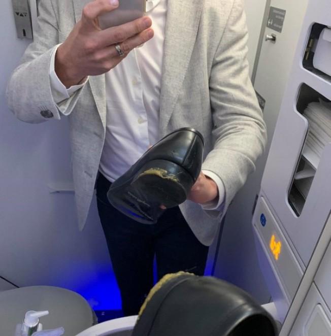 一名達美航空鑽石級哩程常客,把坐在機位後沾滿糞便的皮鞋拍照放上臉書。(取材自臉書)