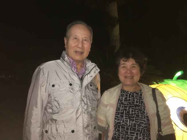 住在蒙市的陳氏夫婦在女兒陪伴下,一邊散步一邊賞燈。(記者謝雨珊/攝影)