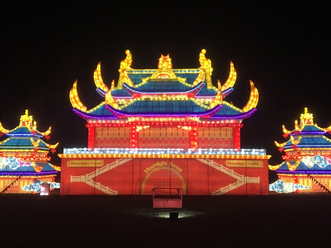不少民眾選在「月光森林」的中國宮殿燈飾前,聚集家人照張家庭照。(記者謝雨珊/攝影)