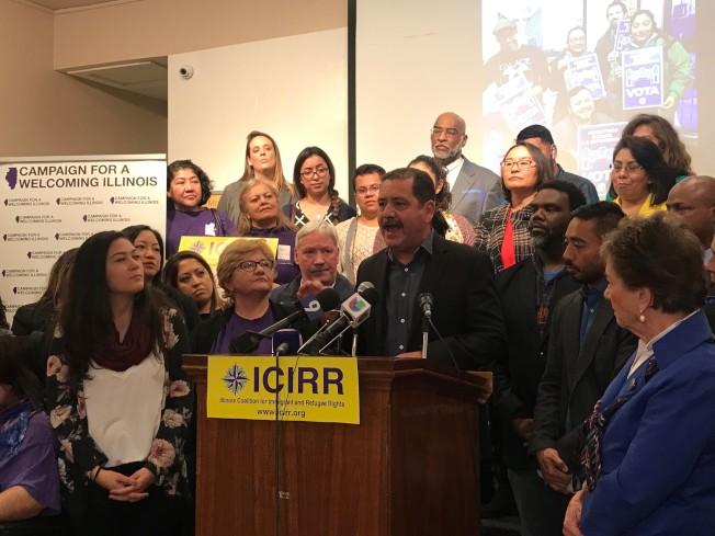 新任國會眾議員賈西亞(發言者)與10多位新當選伊州民代,共同宣誓將打造該州為最歡迎移民州。(特派員黃惠玲/攝影)