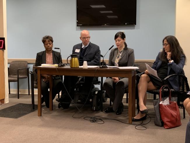 罗萨(左二)表示,今后将会更多地利用网络,让学生更方便地获取求职资源。(记者和钊宇/摄影)