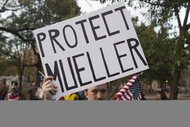 川普總統撤換司法部長塞辛斯,引起民意反彈。反對惠特克暫代司法部長職務的民眾,在白宮對面拉法葉公園舉牌,要求保護調查通俄案的穆勒。(歐新社)