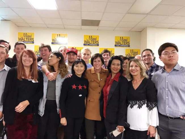 華特斯(前排右四)成功連任,感謝華裔志工Spring(前排右五),並點名感謝金橙俱樂部。(Spring提供)