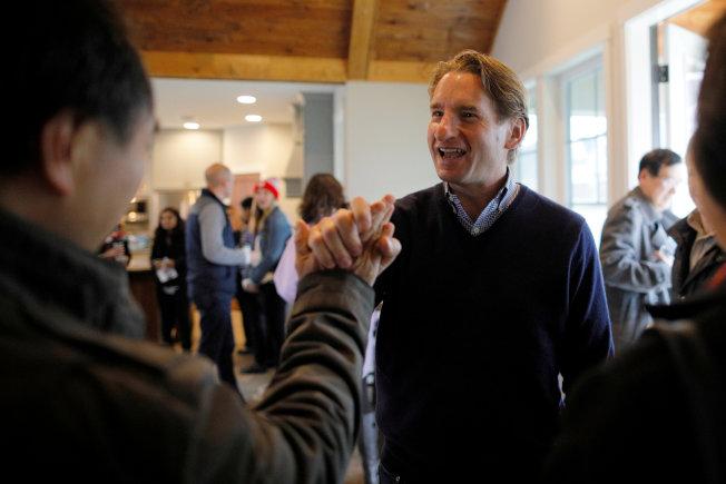 美國候選人注重爭取亞裔選票,圖為民主黨籍明尼蘇達州國會議員候選人菲利普斯拜會當地亞裔社區。(路透)