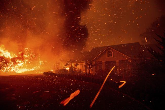 天堂市的房屋被焚。(美联社)