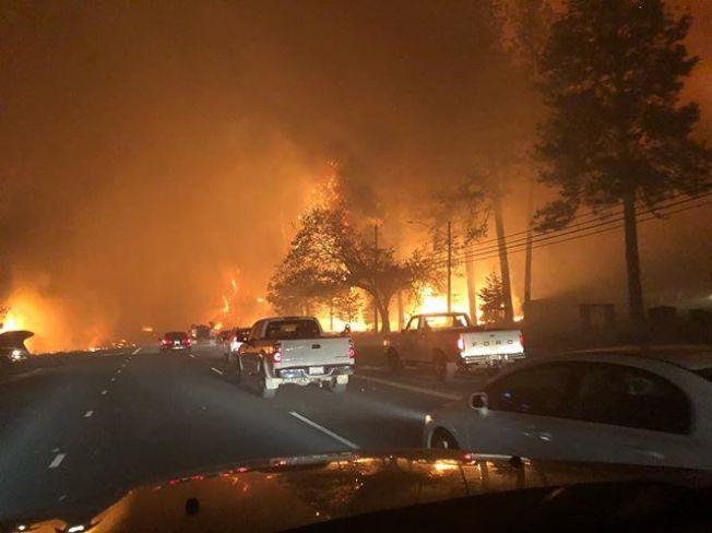 開車逃生者,要穿過起火地區。(電視新聞截圖)