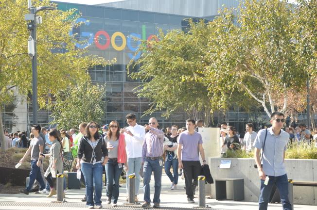 不少員工會在Google園區中步行或騎腳踏車移動,車流、巴士等也造成潛在的危險。(記者林亞歆/攝影)