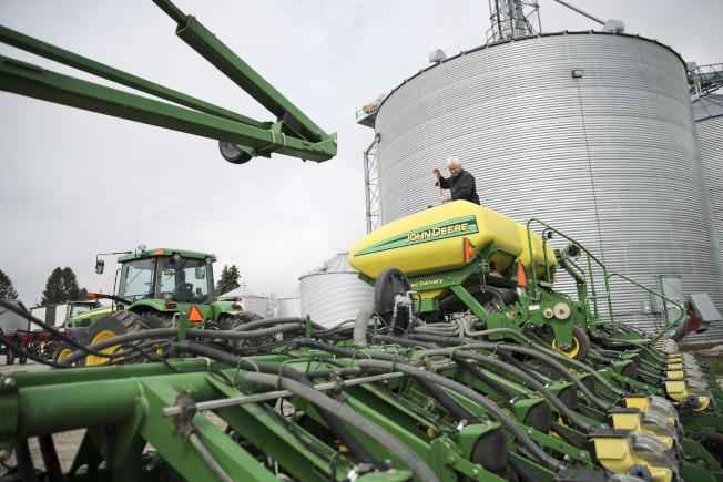 中國是愛阿華州豆農的主要市場,圖為愛阿華州豆農和機械化農業設備。(新華社)