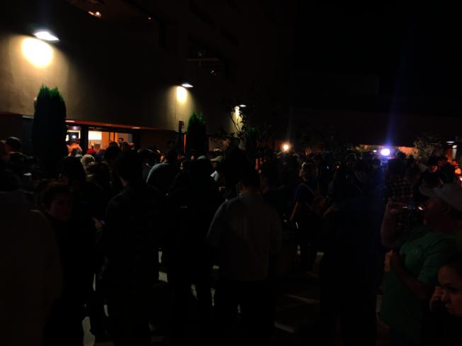 很多人在剧院门外追思亡者。(记者张越/摄影)