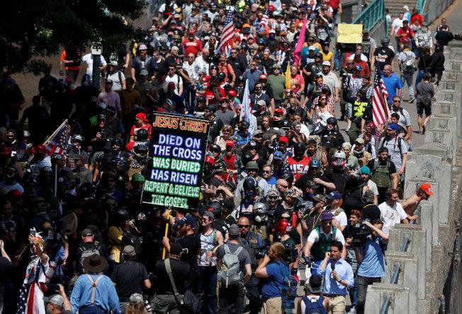 波特蘭市長擔心街頭抗議引發暴力事件,提議由市長管控示威活動的地點和時間,但反對者批侵害言論自由和集會權利。圖為美國各地的右翼人士8月4日齊集波特蘭遊行。路透