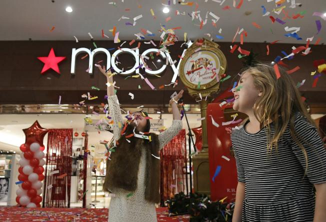 """梅西百货的""""黑色星期五""""将在感恩节开始,推出为期三天,在指定时间内进行的大型特卖,好康包括邮寄退款后等于免费的12种商品。(美联社)"""