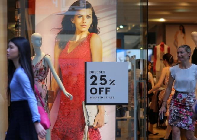 不誠實的零售商可能先調高定價,在短時間內超級昂貴,接著以大幅度的折扣出售。(路透)