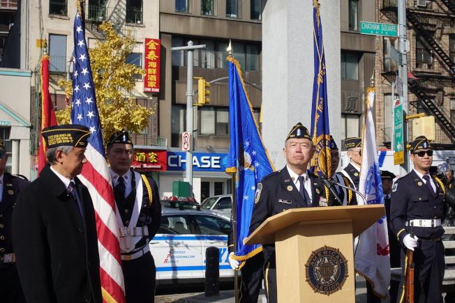 朱超然在紐約華裔美國退伍軍人會遊行和紀念儀式上講話。(記者金春香/攝影)