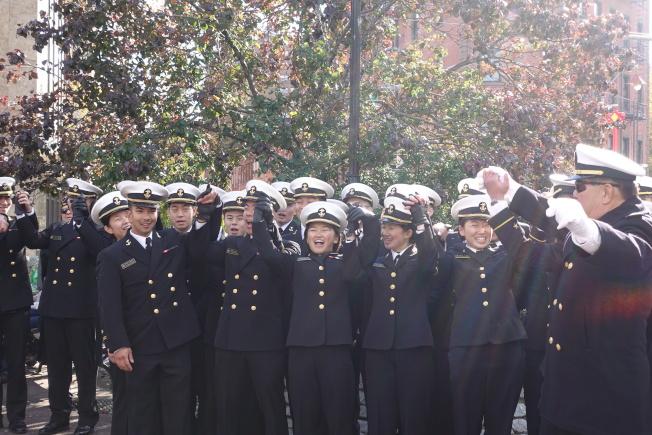 紐約華裔美國退伍軍人會遊行和紀念儀式上大家手挽手高唱「天佑美國」。(記者金春香/攝影)