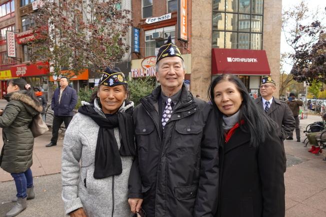 Cheryl Dupris(左一)參加紐約華裔美國退伍軍人會遊行和紀念儀式。(記者金春香/攝影)