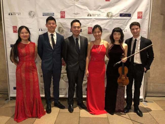 林維洋(左三)與當晚演奏的新亞藝術家們。(記者張晨╱攝影)