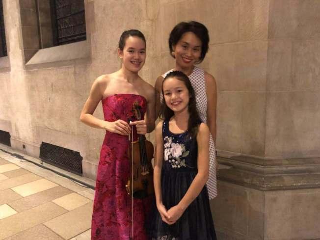 小提琴手卜安安(左一)與媽媽和妹妹。(記者張晨/攝影)