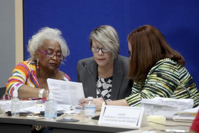 佛州布羅瓦群選舉監督員史奈普斯(左起)、法官班森和法官卡本特-托耶,正在檢視選票。(美聯社)  1