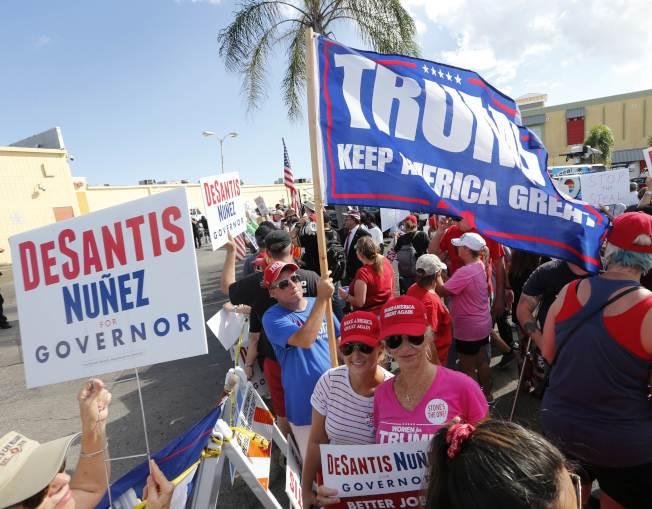 支持共和黨的選民在布羅瓦郡的選舉監督辦公室外示威,抗議選務不公。(Getty Images)