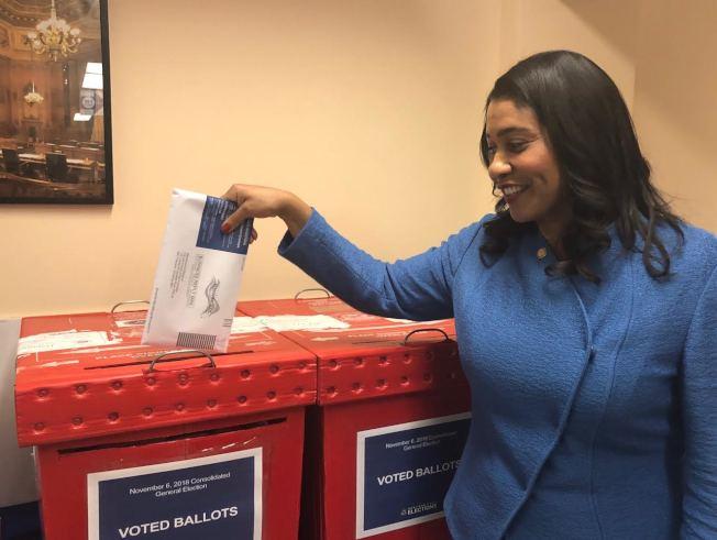 投下神聖一票  布里德市長在市政廳內將選票放進票箱。