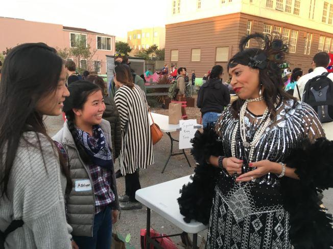 萬聖節同樂  布里德市長與日落區的街坊鄰居一起參加萬聖節活動,每個人都玩得很開心。