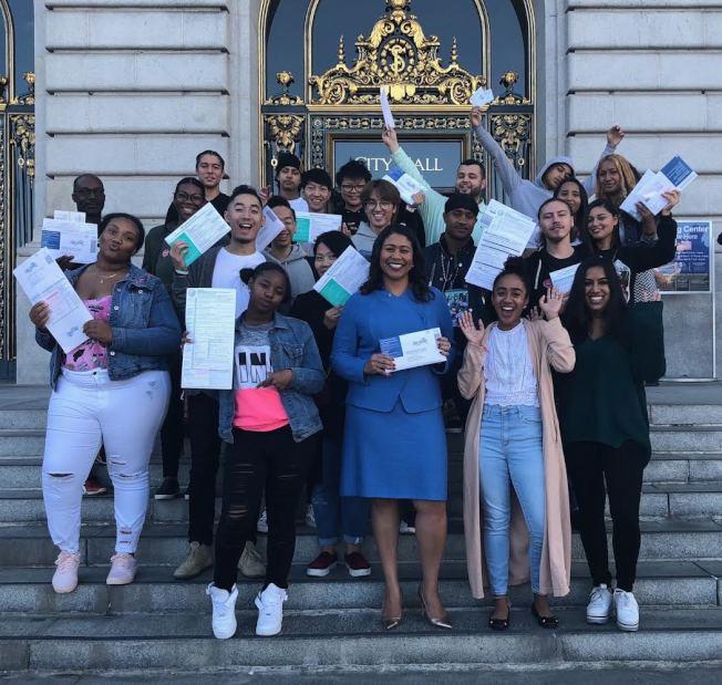行使公民權  布里德市長在市政廳與一群第一次參加選舉投票的年輕選民在一起。