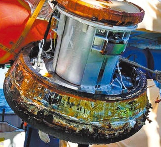 白鸛7號搭載的回收艙11日順利降落太平洋,被打撈上船。(取材自JAXA)