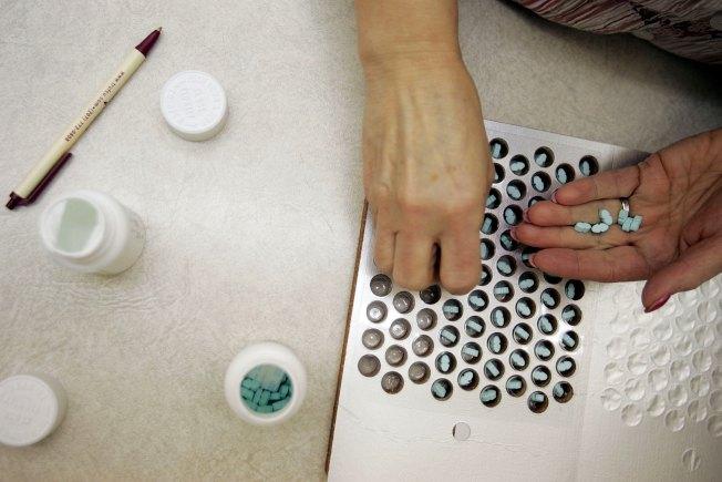 美國執行醫藥分業,處方箋會傳送到病人指定的藥房,病人再至藥房購藥。(Getty Images)